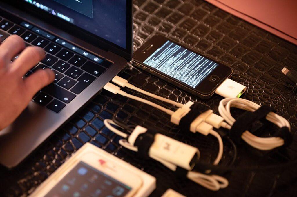 يستخدم المتسللون وحدات ما قبل الإنتاج الخاصة بـ iPhone لكشف الأسرار