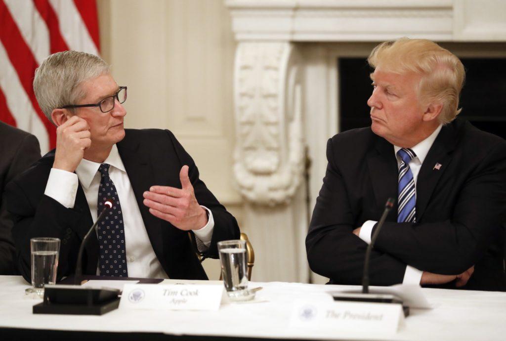 يقول تيم كوك ومديرون تنفيذيون آخرون إن سياسة الهجرة الأمريكية تعترض طريق عملهم