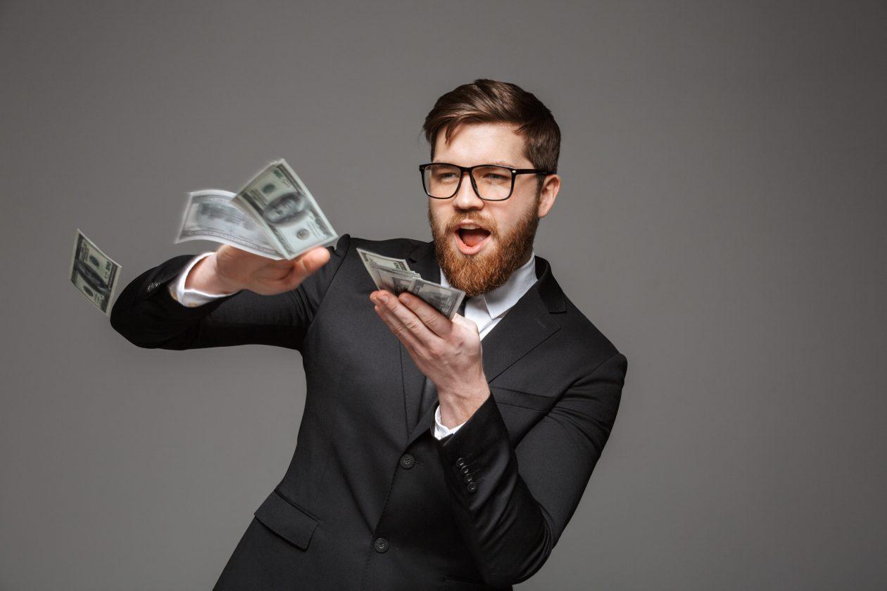 تبلغ قيمة شركة Apple بالفعل 1.103 تريليون دولار ؛ يقترب الأمازون من الخلف ويلامس العلامة الثلاثية بقيمة 1 دولار
