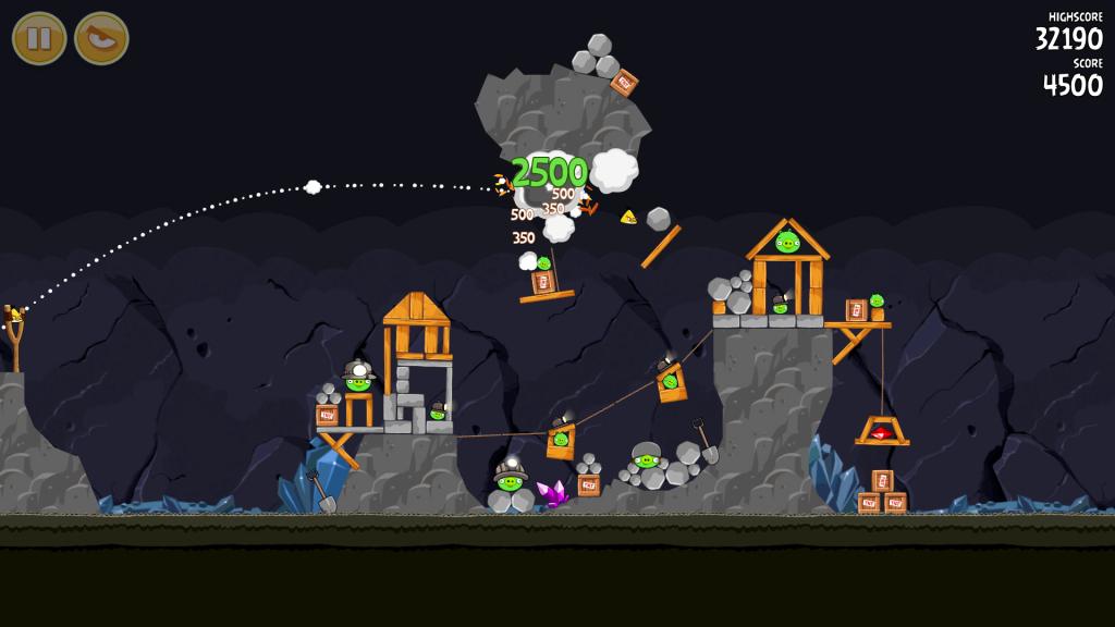 Angry Birds app: قذف تشاك نحو الخنازير الخضراء ، وحصل على 2500 نقطة. الإعداد هو كهف.